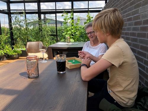camping og rolig familiehygge. Orangeri med brændeovn, krydderurter, tomater og agurker